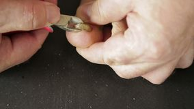 Het mannelijke hulpmiddel snijdt paddestoelteennagels met paddestoel af stock videobeelden
