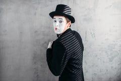 Het mannelijke komediekunstenaar stellen, circusacteur stock afbeeldingen