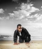 Het mannelijke model van de manier op strand Stock Afbeeldingen