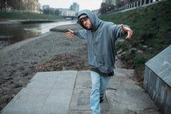 Het mannelijke rapper stellen op de straat, het stedelijke dansen stock fotografie