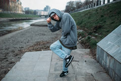 Het mannelijke rapper stellen op de straat, het stedelijke dansen stock foto's