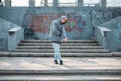 Het mannelijke rapper stellen op de straat, het stedelijke dansen royalty-vrije stock afbeelding
