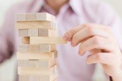 Het mannelijke spelen met houten blokken Royalty-vrije Stock Foto