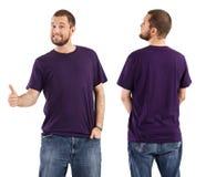 Het mannelijke stellen met leeg purper overhemd Stock Foto's