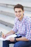 Het mannelijke student glimlachen stock foto's