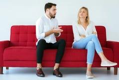 Het mannelijke thuis verklaren of ruzie met vrouwelijk conflict en boring paar, Negatieve emoties, Familiekwesties royalty-vrije stock fotografie
