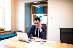Het mannelijke trotse CEO roepen stock foto's
