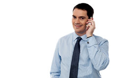 Het mannelijke uitvoerende spreken via mobiele telefoon Royalty-vrije Stock Fotografie