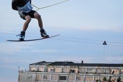 Het mannelijke wakeboarding stock foto's