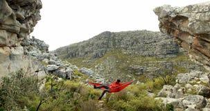 Het mannelijke wandelaar ontspannen in hangmat 4k stock videobeelden