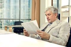 Het mannelijke werken op middelbare leeftijd met documenten Royalty-vrije Stock Foto
