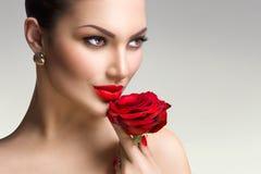 Het mannequinmeisje met rood nam in haar hand toe Stock Foto