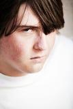 Het mannetje dat van de tiener boos kijkt stock foto's