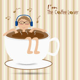 Het mannetje die in de kop van koffie drijven en luistert aan de muziek Stock Foto's