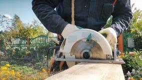 Het mannetje dient het handschoenenwerk met hefboom-plan in stock footage