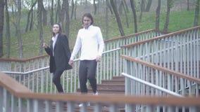 Het mannetje en het wijfje lopen beneden in de parkkerel en meisje het besteden de tijd koppelt samen in liefde Gelukkig paar stock video