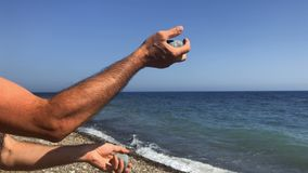 Het mannetje jongleert met stenen stock videobeelden