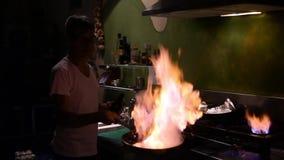 Het mannetje kookt met een pan