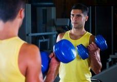 Het mannetje van de bodybuilder met dumbells Stock Fotografie