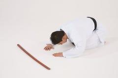 Het mannetje van de stokvoering in eenvormige Karate Royalty-vrije Stock Fotografie