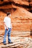 Het mannetje van de tiener in bergen Royalty-vrije Stock Afbeeldingen