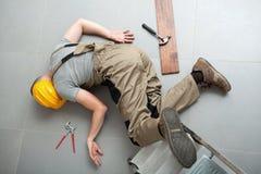 Het manusje van alles viel van ladder Stock Fotografie