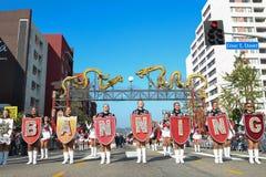 Het marcheren band tijdens 117ste Gouden Dragon Parade Royalty-vrije Stock Afbeeldingen
