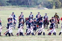 Het marcheren militair-reenactors en paardruiters Royalty-vrije Stock Foto