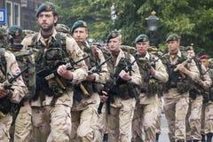 Het Marcheren van militairen Stock Afbeeldingen