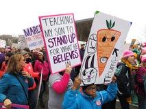 Het marcheren in Washington DC Stock Afbeeldingen
