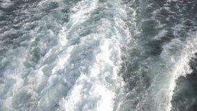 Het mariene spoor van de boot, verlaat kleine schuimende golven op het water stock video
