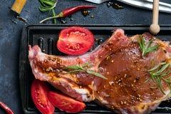 Het marineren van ruwe lamskoteletten met kruiden, honing en tomaat op grillpan, sluit omhoog royalty-vrije stock fotografie