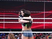 Het markeringsteam assoieert AJ Lee en Paige-omhelzing na gelijke in Wrestleman Stock Afbeeldingen