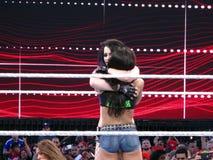 Het markeringsteam assoieert AJ Lee en Paige-omhelzing na gelijke in Wrestleman Royalty-vrije Stock Foto's