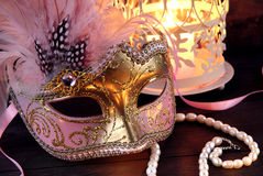 Het masker en de kandelaar van Venetië Stock Foto's