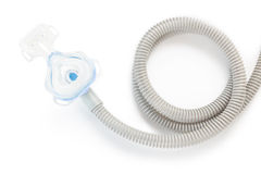 Het masker en de slang van CPAP op witte achtergrond Stock Foto