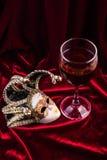 Het masker en de wijn van Carnaval Het concept van de theaterdecoratie Stock Foto's