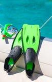 Het masker, snorkelt en vinnen voor het snorkelen bij boot Stock Foto