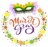 Het masker van Carnaval Mardi Gras en gekleurde confettien Van letters voorziend de kaartmalplaatje van de tekstgroet Stock Afbeelding