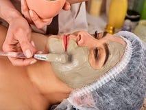 Het masker van het collageengezicht Gezichtshuidbehandeling Vrouw die kosmetische procedure ontvangen Royalty-vrije Stock Foto's