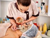Het masker van het collageengezicht Gezichtshuidbehandeling Vrouw die kosmetische procedure ontvangen Stock Afbeeldingen