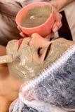Het masker van het collageengezicht Gezichtshuidbehandeling Vrouw die kosmetische procedure ontvangen Stock Fotografie