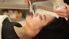 Het masker van de gezichtsschil, de behandeling van de kuuroordschoonheid, skincare Vrouw die gezichtszorg door schoonheidsspecia stock footage