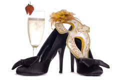 Het masker van de maskerade met hoge hielen en champagne Royalty-vrije Stock Foto's