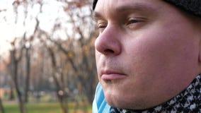Het masker van de mensenstart in park stock video
