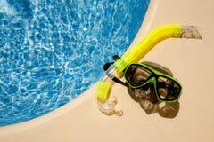 Het masker van de scuba-uitrusting bij poolside royalty-vrije stock afbeelding