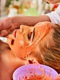 Het masker van het collageengezicht Gezichtshuidbehandeling Vrouw die kosmetische procedure ontvangen Stock Foto's