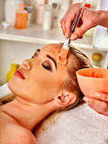 Het masker van het collageengezicht Gezichtshuidbehandeling Vrouw die kosmetische procedure ontvangen Royalty-vrije Stock Fotografie