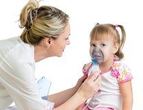Het masker van het de holdingsinhaleertoestel van de arts voor jong geitje ademhaling Royalty-vrije Stock Fotografie