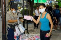 Het maskerverkoop van de griep in Bangkok Stock Foto's